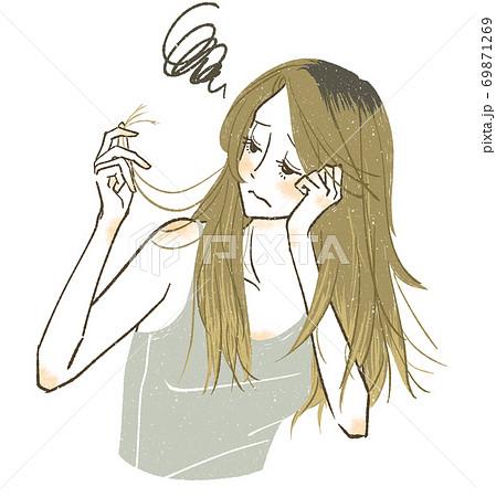 髪の痛みや枝毛に悩んでいる女性 69871269