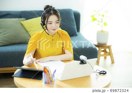 女性 テレワーク パソコン スマホ 69872324