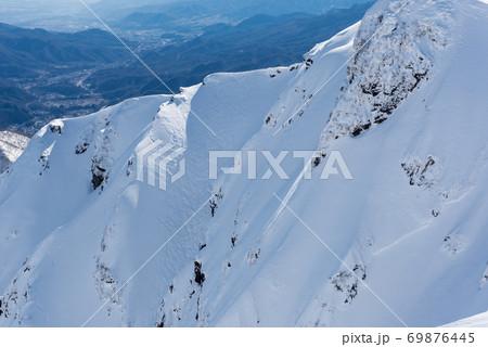 群馬県と新潟県の境目にある日本百名山の冬期谷川岳の山頂(オキの耳/トマの耳)からのバックカントリー 69876445