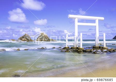福岡県 糸島市  スローシャッターで撮影した二見ヶ浦の白い鳥居と夫婦岩 69876685
