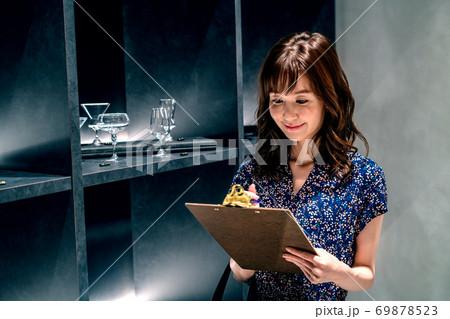 ショッピング中に店内でアンケートに答える若い女性 69878523