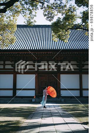 【京都】東寺の石廊で佇む和傘の女性 69878856