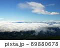 蔵王山頂レストハウス脇から朝日岳方向を望む青い空と雲海 69880678