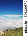 蔵王山の御釜付近から望む一面の雲海と青い空と雲海 69880679