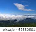 蔵王山頂レストハウス脇から朝日岳方向を望む青い空と雲海 69880681