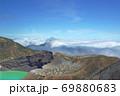 エメラルドグリーンの蔵王山の御釜と青空に広がる雲海 69880683