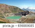 エメラルドグリーンの蔵王山の御釜と青空に広がる雲海 69880685