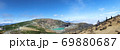 エメラルドグリーンの蔵王山の御釜と青空に広がる雲海のパノラマ写真 69880687