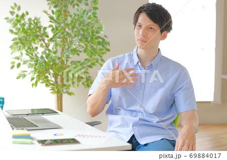 その仕事を私に頼むのかいと不服そうなビジネスマン 69884017