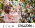 七夕の短冊を飾る浴衣姿の女性 69885601