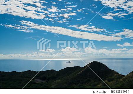 ダイヤモンドヘット登山道より撮影した青い空と雲の美しく輝くグラデーション 69885944