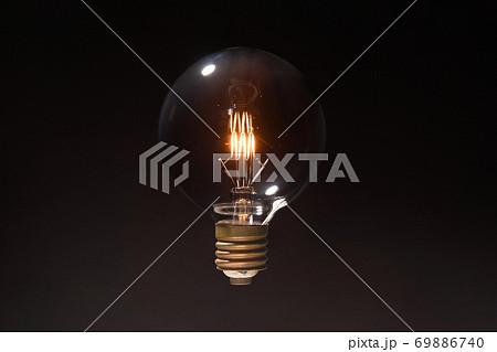 古いタングステン電球の点灯イメージ 69886740