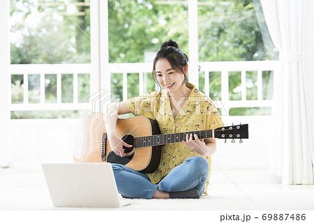 オンライン ギター教室 若い女性 69887486