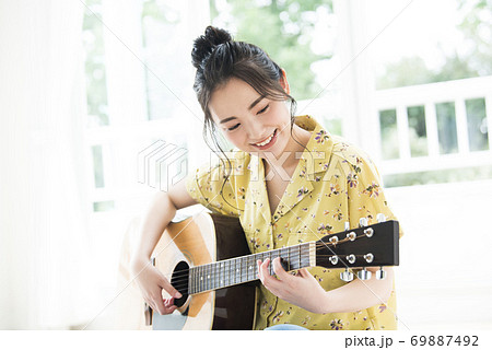 女性 ギター 笑顔 69887492