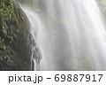 真夏の滝 69887917