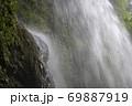 真夏の滝 69887919