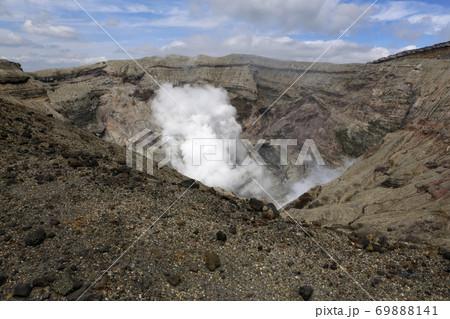 観光が再開された阿蘇山中岳の火口と噴煙(2020年9月1日撮影) 69888141