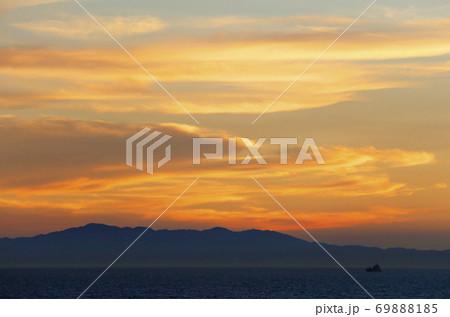 瀬戸内海、淡路島の夕焼け 69888185