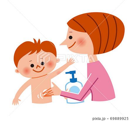 子供に保湿クリームを塗るお母さん 69889925