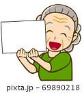 パネルを持った人物のイラスト/高齢女性 69890218
