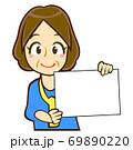 パネルを持った人物のイラスト/中年女性 69890220