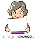 パネルを持った人物のイラスト/高齢女性 69890221