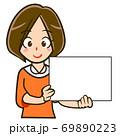 パネルを持った人物のイラスト/若い女性 69890223