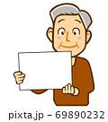 パネルを持った人物のイラスト/高齢男性 69890232