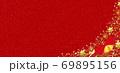 雪の結晶 背景 赤 金粉 リボン 69895156