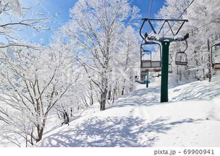 新潟県のスキー場のリフトの上からの景色 69900941