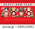 2021年丑年イラスト年賀状デザイン「牛と日本の縁起物和風赤色背景」HAPPY NEW YEAR 69914991