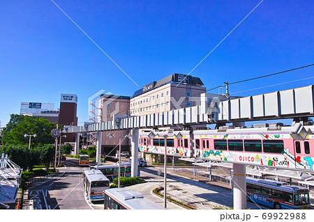 秋晴れの神奈川県大船の街並み。モノレールが走る大船駅東口の風景 69922988