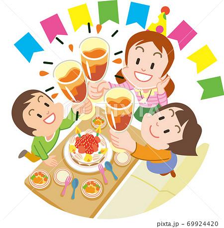 誕生日お祝いに乾杯している3人 69924420