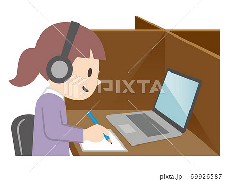 タブレットを使って勉強する女の子 69926587