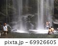 滝で水浴びする人々 69926605