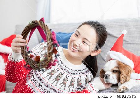 クリスマスリースを作る女性 69927585