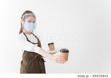 感染症対策を徹底したカフェスタッフ 69929842