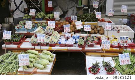 香港の市場の野菜。中国野菜と西洋野菜が混在して売られている 69935121
