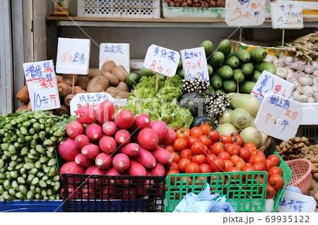 香港の市場の野菜。中国野菜と西洋野菜が混在して売られている 69935122