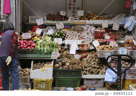 香港の市場の野菜。中国野菜と西洋野菜が混在して売られている 69935123