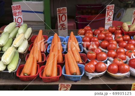 香港の市場の野菜。中国野菜と西洋野菜が混在して売られている。並べ方が独特  69935125