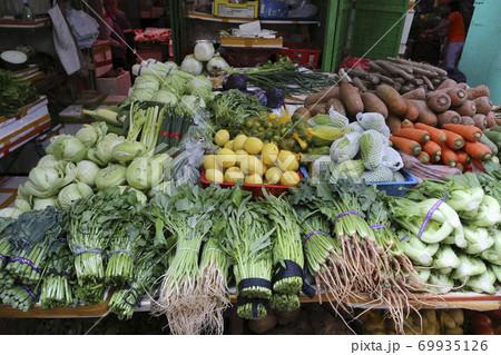 香港の市場の野菜。中国野菜と西洋野菜が混在して売られている 69935126