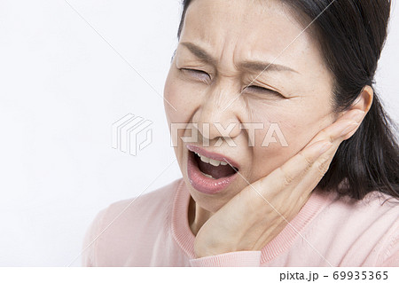 歯が痛いミドル女性 69935365