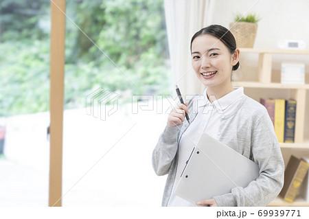 若い女性介護士 69939771