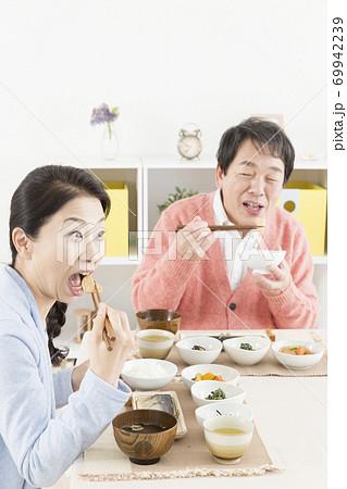 食事をする夫婦 69942239