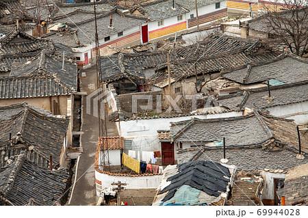 古い家屋が立ち並ぶ北朝鮮ケソン(開城)の路地裏 69944028