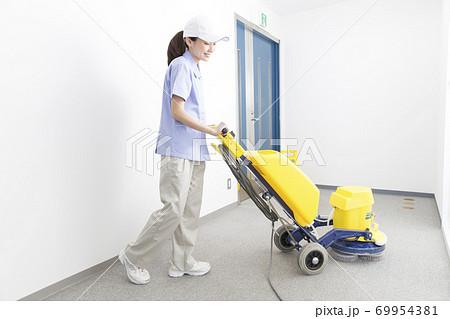 床掃除する女性清掃員 69954381