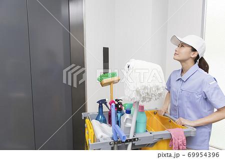 オフィスビルを清掃する女性 69954396