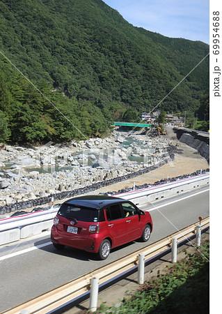 令和2年7月豪雨の国道41号 路面陥没復旧箇所を通行する車 69954688