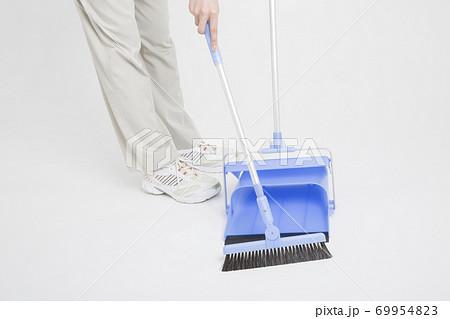 掃除をする女性清掃員 69954823